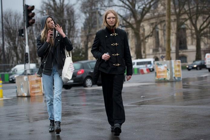 ファッションウィーク開催中のパリにおける滑稽なストリートスナップ合戦の裏側とは
