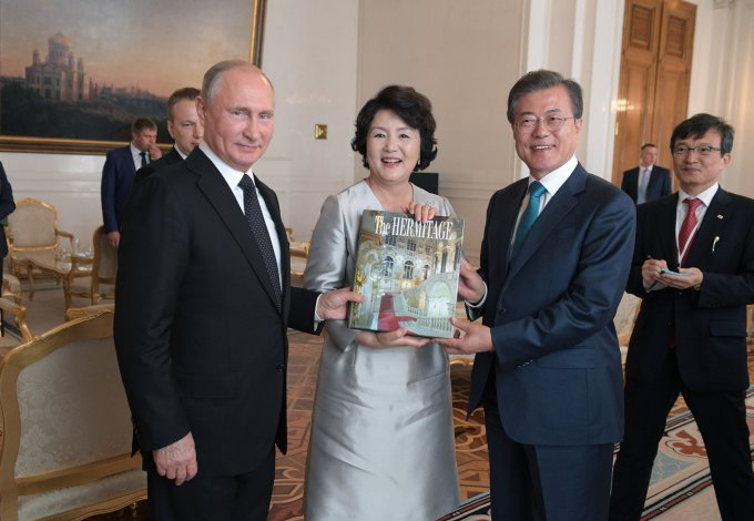 プーチン大統領、韓国の文在寅(ムン・ジェイン)大統領とエルミタージュ美術館の本を頂いた金正淑(キム・ジョンスク)大統領夫人
