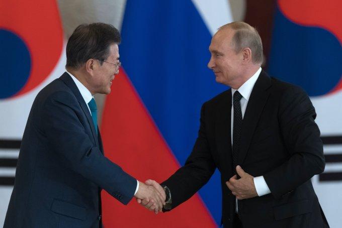プーチン大統領と韓国の文在寅(ムン・ジェイン)大統領