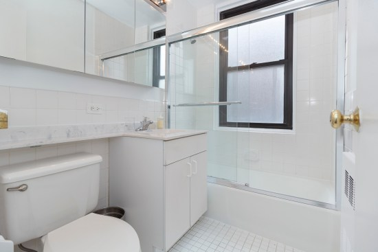 Real estate photographer apartment interior ny nyc new york city murray hill manhattan bathroom
