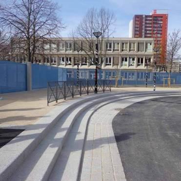 Emmarchements cintrés devant le parvis des écoles, bande pavée en bordure de chaussée