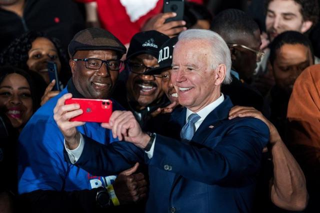 Biden tira foto com eleitores durante corrida à presidência contra Donald Trump