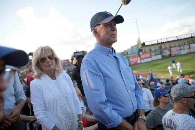 Joe Biden ao lado de sua segunda esposa, Jill Biden, durante um jogo no estado de Iowa