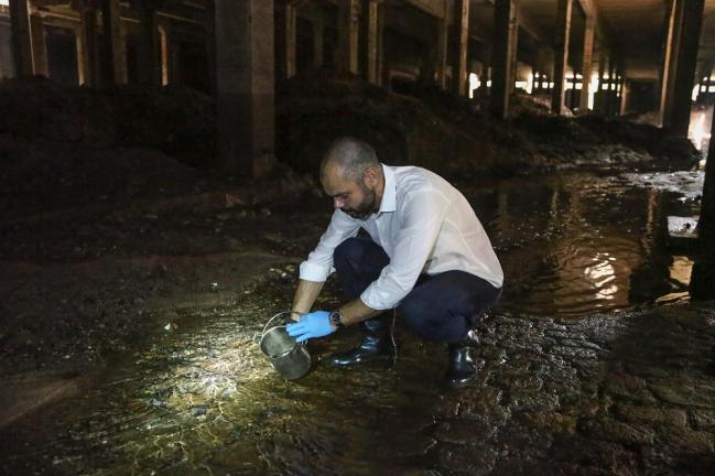 Bruno Covas, de camisa, calça jeans e sapato, vistoria uma rua em São Paulo