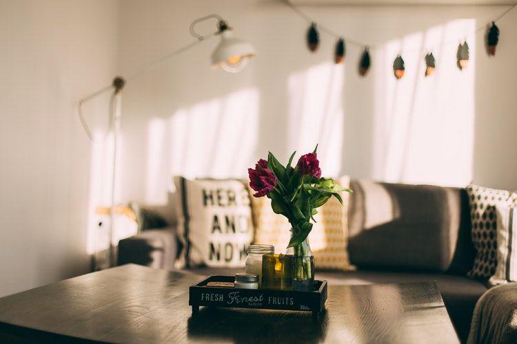 vardagsrum i lägenhet, soffbord med bommor