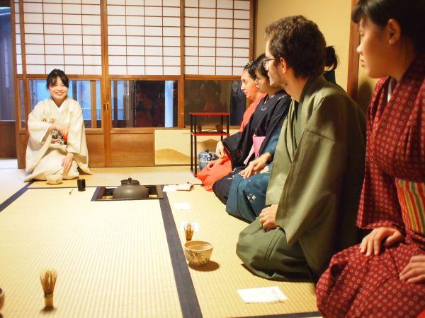 古都カルチャーサロン 外国人留学生が、きもので茶道体験