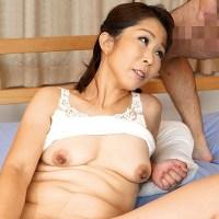 『鈴波朋子』長く伸びる垂れ乳首を持つスリム熟女