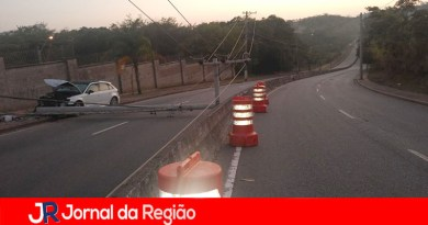 Carro derruba poste na Antônio Pincinato