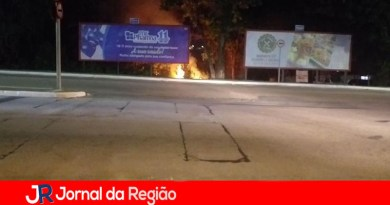 Vândalos colocam fogo em terreno na Ferroviários