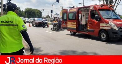Motociclista atingido por carro em avenida