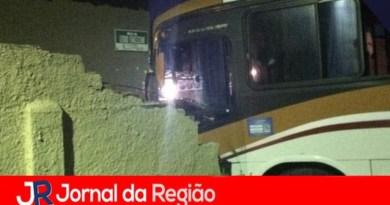 Ônibus bate em muro de casa em Cabreúva