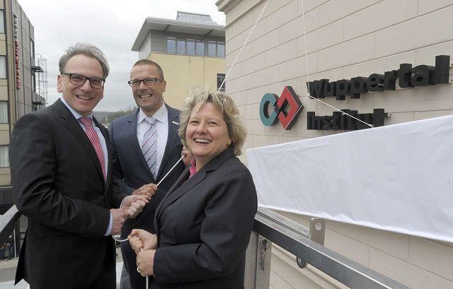 Uwe Schneidewind erklärt Ministerin Svenja Schulze und OB Andreas Mucke das neue Logo des Wuppertal Instituts. Foto: afi
