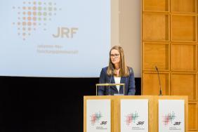 Ramona Fendeisz, Leiterin der JRF-Geschäftsstelle, führt in die Impulsvorträge ein.