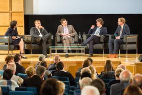 Podiumsdiskussion mit den Wissenschaftlern. Moderiert von Dr. Anne Friedrichs, AG Migration des Jungen Kollegs der AWK.
