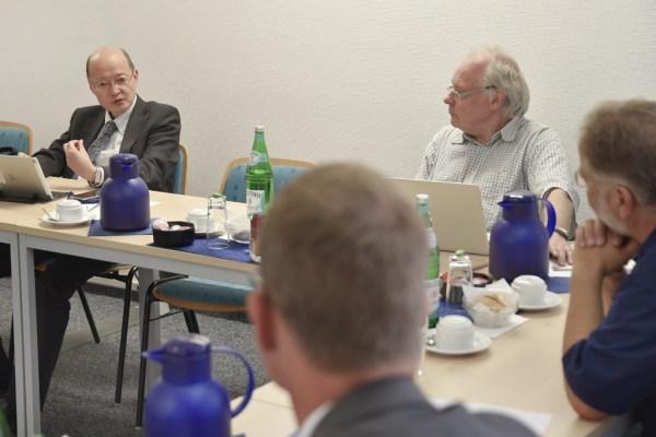 Die Experten dsikutieren die Bedeutung der internationalen Smart-City-Normung für Kommunen und Netzbetreiber.