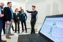 Geburt eines digitalen Zwillings: Menschliche Bewegungsabläufe werden im RIF-Labor mit dem Sensor-Anzug erfasst und stehen danach für weitere Berechnungen zur Verfügung. Foto: RIF-Alex Muchnik