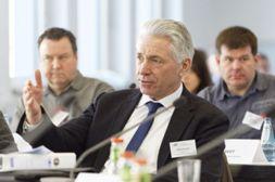 KomNet-Arbeitssitzung: Abwasserbetriebe diskutieren ihre Rolle bei der Starkregenvorsorge (im Bild: Gerhard Altemeier, Stadt Herford). (Foto: IKT)