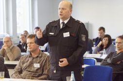 Sicht der Dinge: Feuerwehr, Bezirksregierung und Verbraucherzentrale diskutierten mit den Abwasserbetrieben. (Foto: IKT)