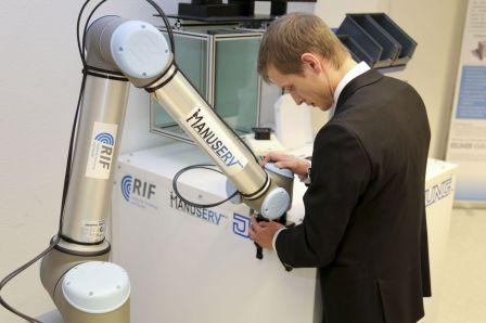 Für die neue Aufgabe vor der Laserbeschriftungskabine der Firma Jung wird der Roboter in kurzer Zeit manuell kalibriert.