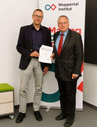 """Prof. Dr. Uwe Schneidewind und Prof. Dr.-Ing. Oscar Reutter stellen das Impulspapier """"Autofreie Innenstadt Wuppertal Elberfeld"""" vor. (v.r.n.l.) Foto: Wuppertal Institut"""