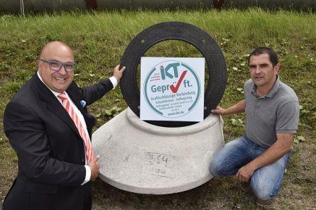 Siegelring: IKT-Geschäftsführer Roland W. Waniek (links) überreicht das IKT-Geprüft-Siegel für den Adapterring AdapTEC an Dirk Zarmutek.