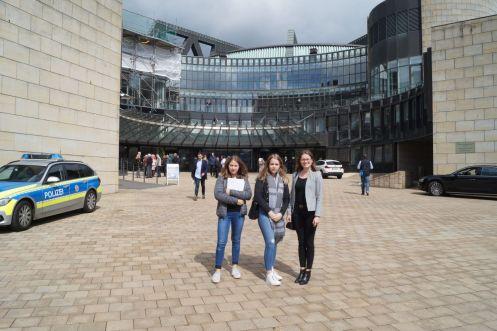 Abschiedsfoto vor dem Landtag NRW. Die Geschäftsstellenleiterin und stellvertretende Vorständin der JRF bedankt sich bei Katharina und Maureen für das große Interesse und wünscht ihnen alles Gute bei der Berufsfindung.
