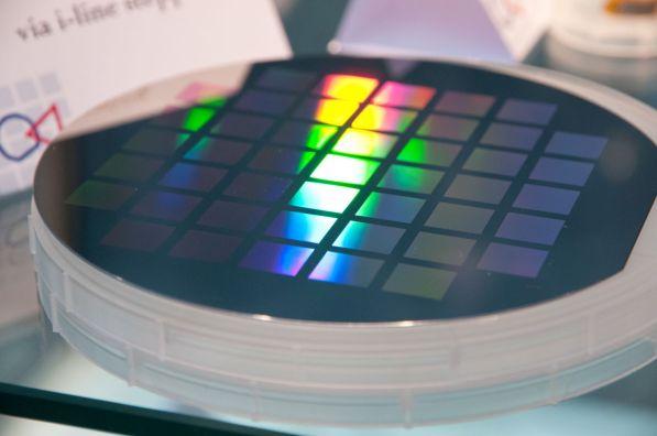 Abbildung 1 Wafer mit integrierten Graphen-Bauelementen (Bild: AMO GmbH)