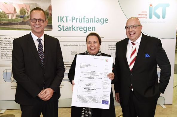 NRW-Umweltministerin Ursula Heinen-Esser überreicht den millionenschweren Förderbescheid an IKT-Geschäftsführer Roland W. Waniek (r.) und den Wissenschaftlichen Leiter des IKT, Prof. Bert Bosseler.