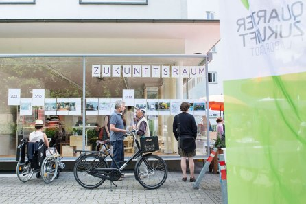 Das Bild zeigt ein interaktives sogenanntes Partizipationswerkzeug aus dem Reallabor mit einem Stadtplan der Karlsruher Oststadt, das sich mit Kärtchen bestücken lässt. Auf diese Weise können etwa Nachhaltigkeitsideen oder -probleme erfragt, verortet, live sichtbar gemacht und zur Diskussion gestellt werden. Quelle: Quartier Zukunft/KIT