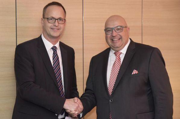 Prof. Bert Bosseler (l.) bedankt sich für die gute Zusammenarbeit. Foto: IKT