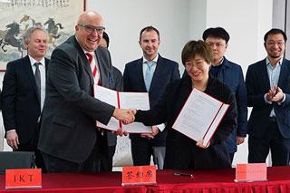 Sino-German Urban Water Lab 4.0 auf den Weg gebracht: IKT-Geschäftsführer Roland W. Waniek unterzeichnet die Kooperationsvereinbarung zwischen dem IKT und dem Jiangsu Delta Water Institute (Quelle: IKT)
