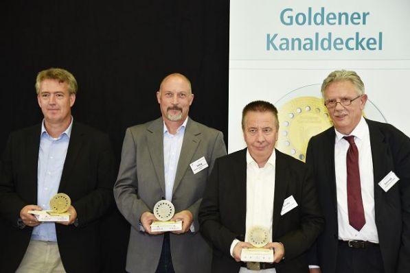 Preisträger des Goldenen Kanaldeckel 2019 (v.l.n.r.): Tycho Kopperschmidt, Solingen (1. Platz), Hans-Jörg Schulz, Koblenz (3. Platz, vertreten durch Ralf Saftig), Frank Große, Jena (2. Platz), Laudator Arnold Schmidt, NRW-Umweltministerium