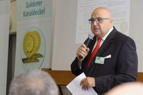 Roland W. Waniek diskutiert mit Gästen und Teilnehmern die Folgen der Corona-Krise für die Abwasserbranche. (Foto: IKT, H. Winter)