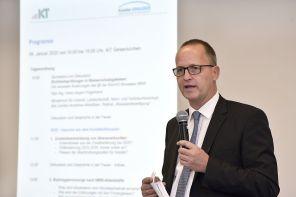 Prof. Bert Bosseler führt am ersten Tag der Online-Konferenz durch das Symposium zur Kanalsanierung. (Foto: IKT, H. Winter)