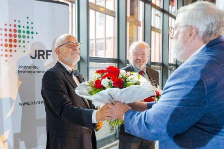 Verabschiedung der Kuratoriumsmitglieder Holger Ellerbrock (links), Dr. Joachim Paul (mittig) durch den Kuratoriumsvorsitzenden Karl Schultheis, MdL (rechts).