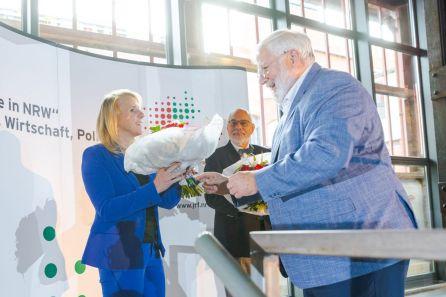 Begrüßung des neuen Kuratoriumsmitglieds Daniela Beihl, MdL, durch den Kuratoriumsvorsitzenden Karl Schultheis, MdL.