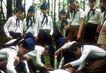 Junge Sanitäter/-innen bei einer Erste-Hilfe-Übung. Foto: JRK-Bildarchiv