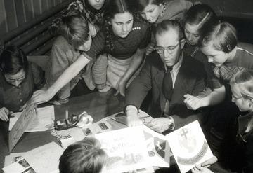 Gruppenfoto einer JRK-Schulklasse mit Lehrer. Foto: JRK-Bildarchiv