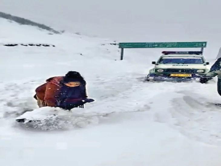 माइनस 5 डिग्री में एंबुलेंस के लिए रास्ता बनाने को फार्मासिस्ट जयललिता ने उठाया बेलचा, 3 किलोमीटर तक बर्फ हटाते गए और आगे बढ़ते गए