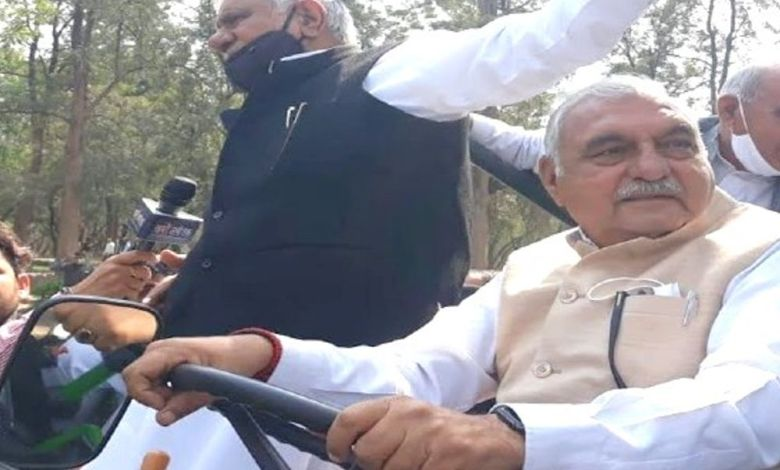 हरियाणा के पूर्व CM के वीडियो पर बवाल:कांग्रेस नेता हुड्डा खुद ट्रैक्टर पर बैठे और महिला विधायकों से खिंचवाया, स्मृति ने कहा