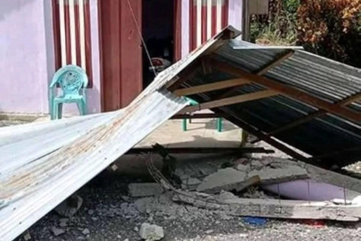 मोलुकास के पास 6.1 तीव्रता के भूकंप के बाद इंडोनेशियाई लोग ऊपर की ओर भागे