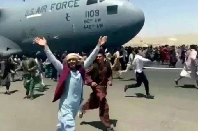 हजारों तरसती आंखों के बीच मरीन कमांडो की पत्नी को अकेले लेकर उड़ा प्लेन, पोस्ट की तस्वीर तो भड़के लोग