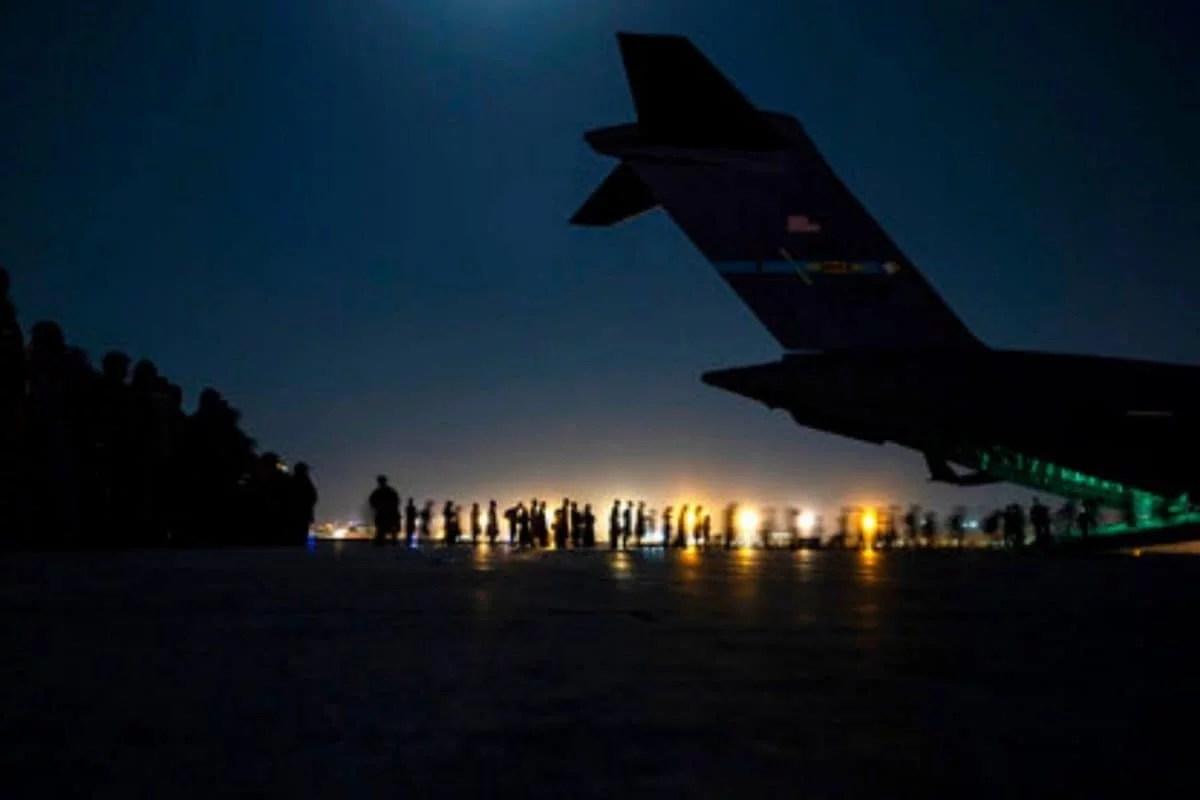 काबुल बम धमाकों के बाद १०० से अधिक लोगों की मौत के बाद एयरलिफ्ट की नई अत्यावश्यकता;  स्कोर घायल
