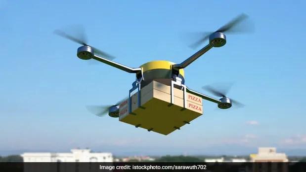 कौवे ने डिलीवरी हवा में उड़ते ड्रोन पर किया अटैक, VIDEO देख हैरान हुए लोग