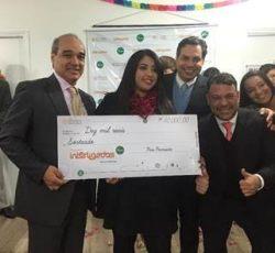 A vencedora Luiza Veiga recebendo o prêmio de R$10 mil. Divulgação