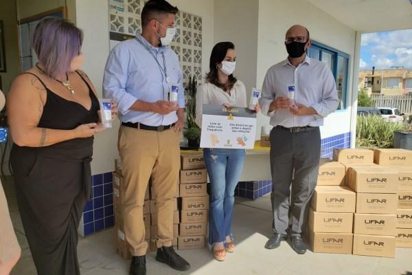 Panvel realiza entrega de álcool em gel para escolas municipais de Porto Alegre / Divulgação