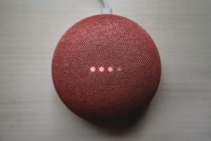 Biometria de voz vira solução na prevenção de fraudes no setor de seguros e mercado financeiro / Foto: Clay Banks / Unsplash Images