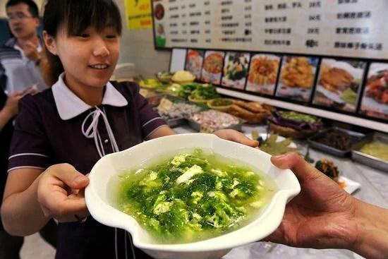 plat d'algues vertes dans un restaurant de qingdao