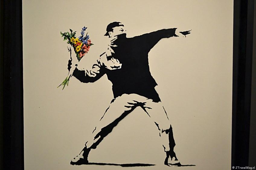 'Love is in the air (Flower Thrower)' van Banksy