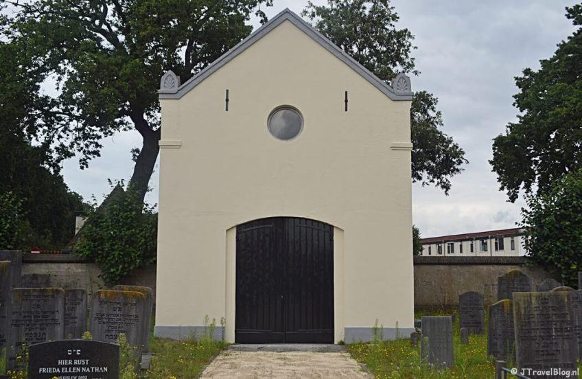 De achterkant van het metaarhuis op de Joodse begraafplaats in Amersfoort tijdens de 8e etappe van het Westerborkpad